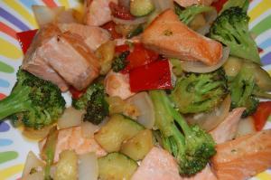 Dados de salmón con verduras